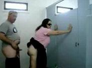 Oma auf öffentlicher Toilette gebumst