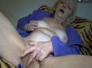 Granny wichst ihre haarige Möse