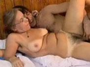 Perverse Rentnerin wird in den Arsch gefickt