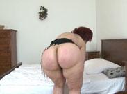 Pralle Oma posiert nackt