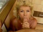 Rentnerin bläst vor der Webcam