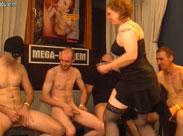 Alte Frau beim Gangbang gefilmt
