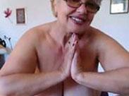 Geile Oma mit dicken Titten vor der Webcam
