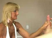 Granny gibt Kerl einen Handjob