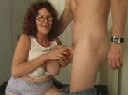 Heiße Oma steht auf Schwänze