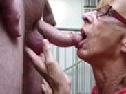Notgeile Oma beim Schwanzlutschen gefilmt