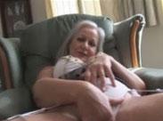 Rentnerin fingert ihre alte Möse
