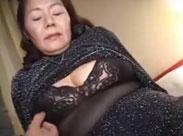 Devote Seniorin aus Tokio