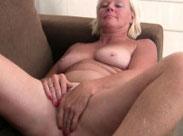 Granny masturbiert bis zum Orgasmus