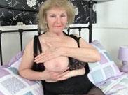 Oma strippt und wichst für uns