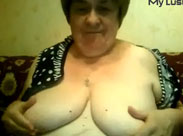 Oma Titten vor der Webcam