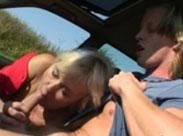 Rentnerin bläst im Auto