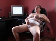 Rubensfrau masturbiert zu Hause