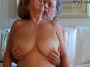 Seniorin bekommt eine Brust Massage