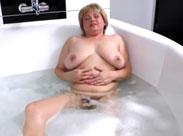 Dicktittige Oma in der Badewanne