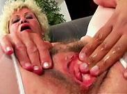 Oma spielt an ihrer Muschi herum