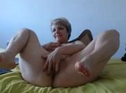 Alte Frau mit Plastik Schwanz