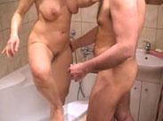 Altes Paar beim Sex in der Dusche