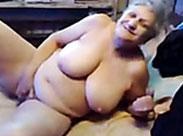 Oma masturbiert wild vor sich hin