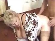 Granny wird anal genommen
