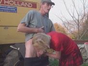Oma bläst altem Bauern den Schwanz