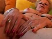 Perverse alte Schlampe masturbiert