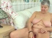 Grauhaarige masturbiert