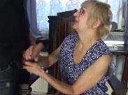 Oma in geiler Kittelschürze von Jungschwanz gefickt