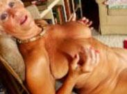 Über 70 und masturbiert vor der Kamera