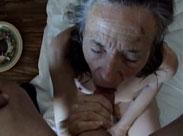 90 Jährige zeigt ihre rasierte Muschi