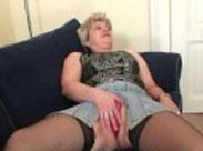 Alte Schlampe masturbiert