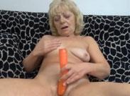 Oma schiebt sich einen Dildo ins Fickloch