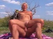 Oma bei 30 Grad im Schatten in den Arsch gefickt