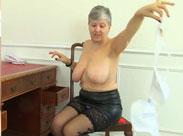 Britische Oma mit frisch rasierter Möse