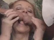 Oma ist glücklich mit zwei dicken Schwänzen
