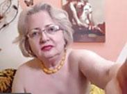 Oma macht sich nackig vor der Webcam