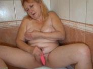 Oma masturbiert sich warm