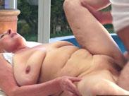 Rentnerin von ihrem Urlaubsflirt am Pool gefickt