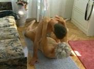 Alte Frau auf dem Teppich gefickt
