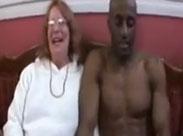 Rentnerin liebt schwarze Schwänze