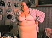 Oma reibt sich die dicken Möpse