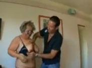 Schüchterne alte Frau zum Sex überredet