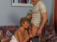 Oma geniesst den jungen Schwanz ihres Nachbarn