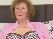 Schüchterne Oma masturbiert im Amateur Porno