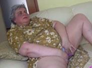 Fette Oma mit Dildo