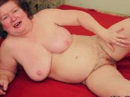 Oma massiert ihr haariges Fickloch in diesem Porno