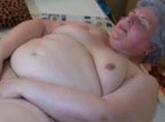 Dicke, fette Oma fingert ihre Fotze feucht