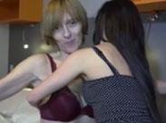Magersüchtige Oma von Lesbe gefickt