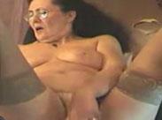Oma masturbiert wild mit ihrem Dildo