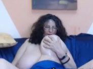 Dicke natur Brüste vor der heimischen Webcam